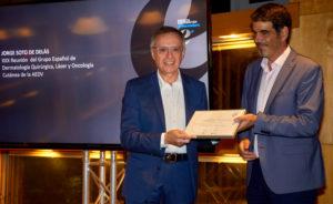 Exmo. Sr. Eneko Goia, alcalde de Donostia - San Sebastián hace entrega del galardón al Dr. Jorge Soto Delás.